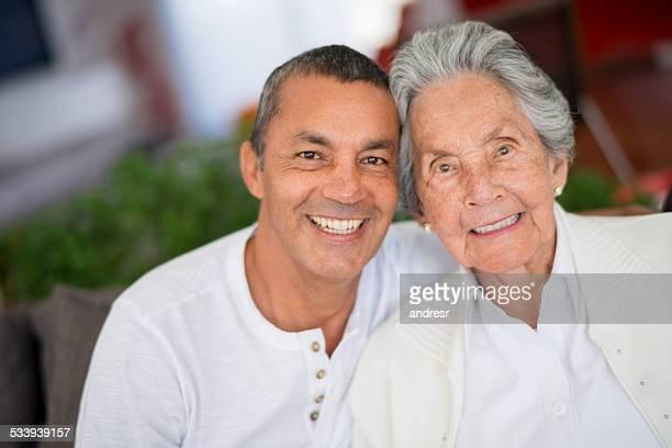 Mulher idosa e filho