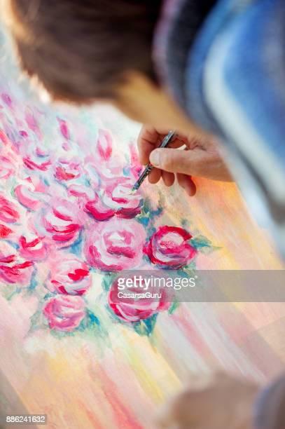 Hauts femme artiste peinture oeuvre sur toile