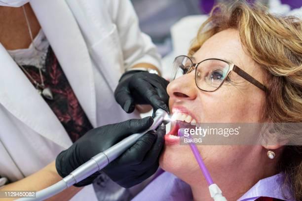 Ältere Frau beim Zahnarzt