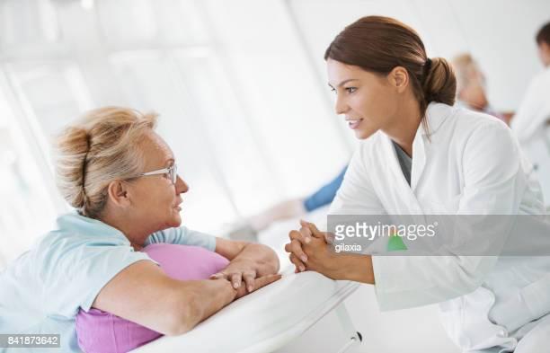 senior mujer en consultorio médico. - acostado boca abajo fotografías e imágenes de stock
