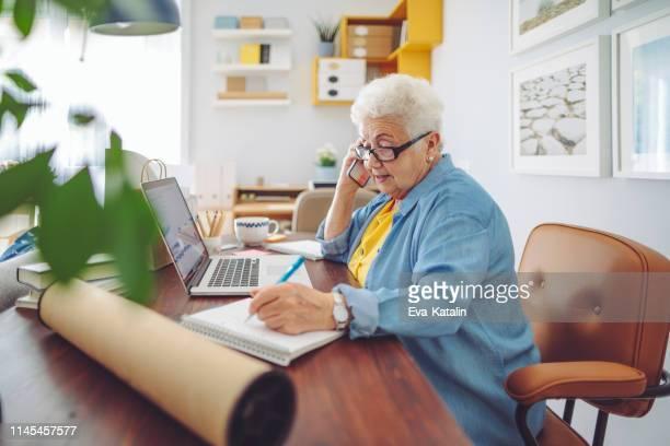 donna anziana a casa - solo una donna anziana foto e immagini stock