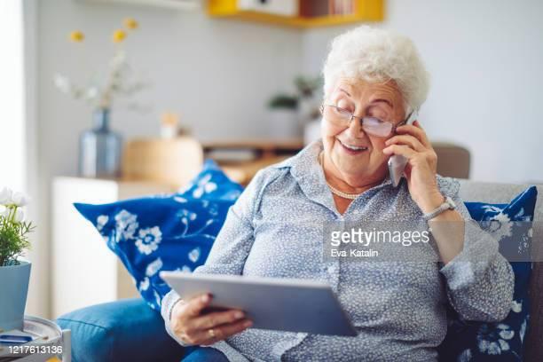hogere vrouw thuis - ziektepreventie stockfoto's en -beelden
