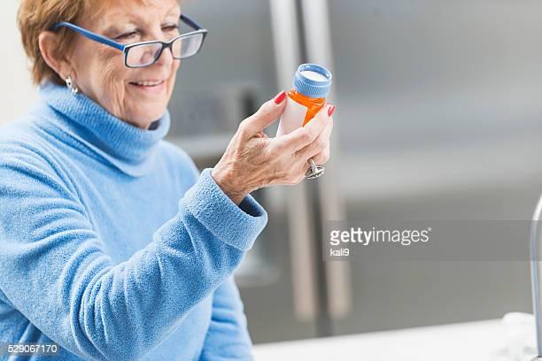 Ältere Frau zu Hause lesen label auf Verschreiben