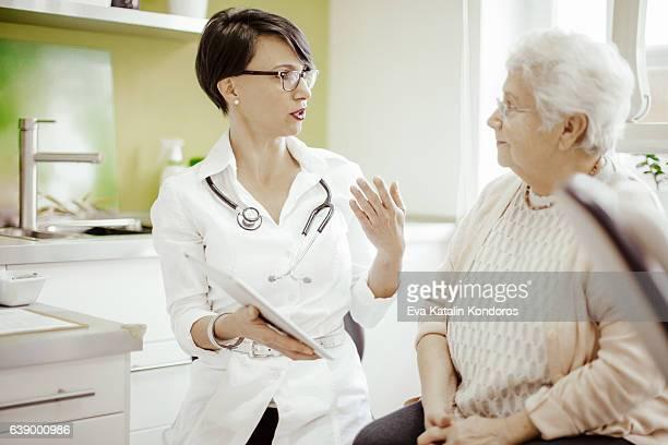 Femme âgée au docteur