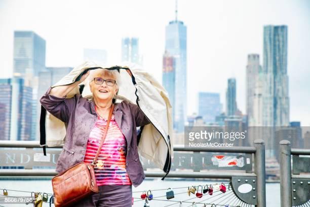 haute femme bravant la journée pluvieuse surprise voyage à new-york - pluie humour photos et images de collection