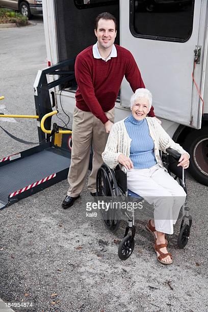 Senior Frau mit dem minibus mit rollstuhlgerechtem lift