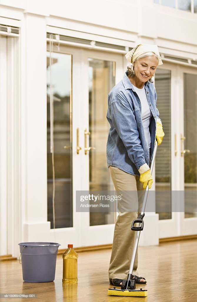 Senior woman cleaning floor : Foto stock