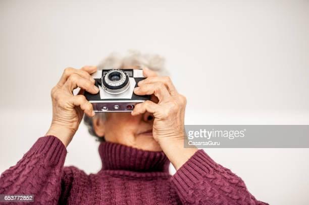 Femme Senior recueillir des souvenirs en prenant la Photo