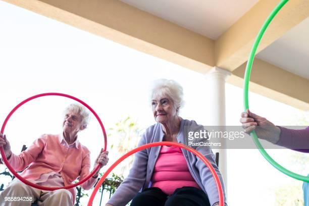 Senior vrouw te concentreren op een openlucht fitness klasse