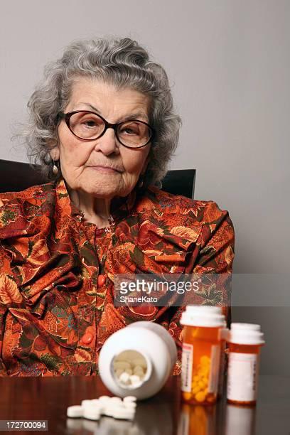 Senior mujer preocupada por receta médica y cuidado de la salud