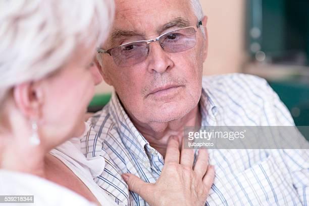 Ältere Frau trösten traurige Mann traurig Seniorenpaar, Rentner