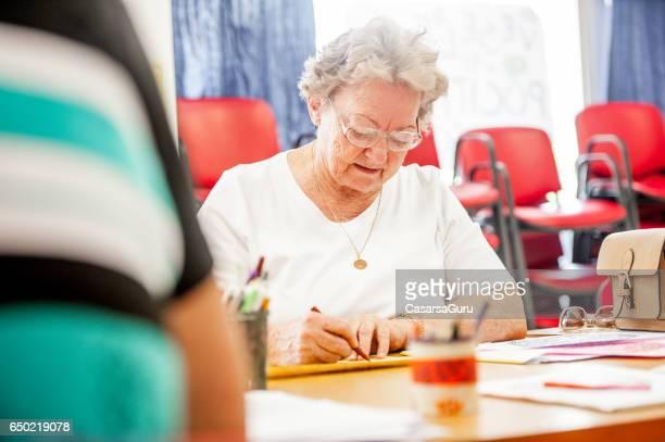 Dessin de femme senior au centre communautaire