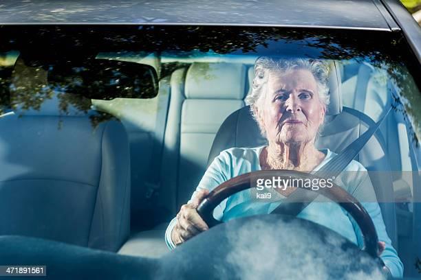 Senior Frau Fahren ein Auto