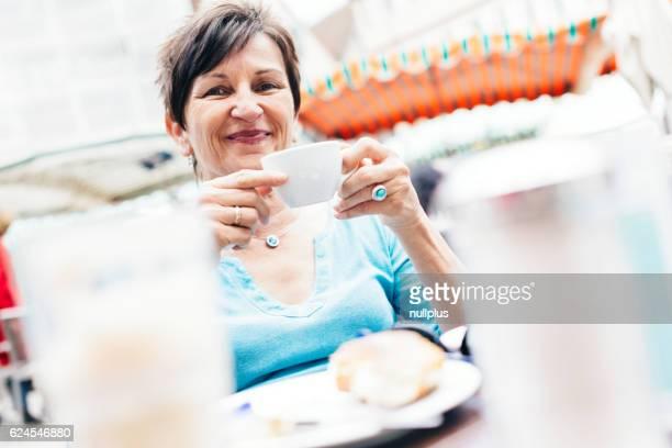 Ältere Frau Sie ein Tasse Kaffee, Tübingen, Deutschland