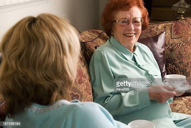 Senior Frau genießen ein Gespräch mit einem Freund bei Tee