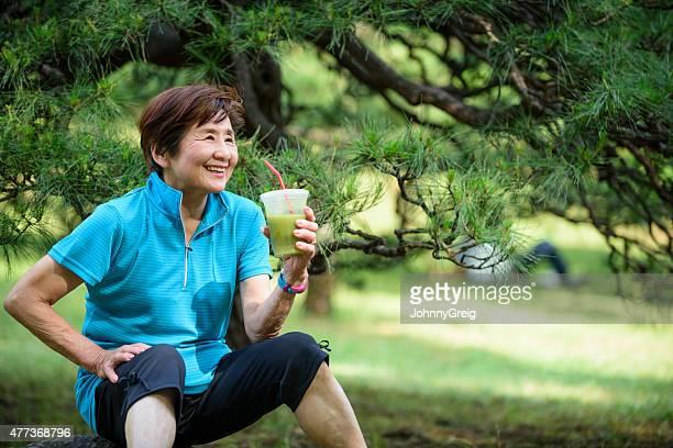 年配の女性の健康ドリンクをお楽しみいただけます。