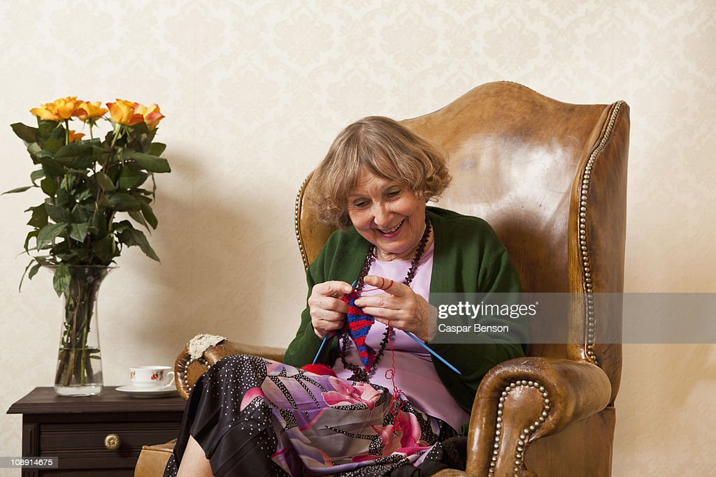 A senior woman enjoying knitting : Stock-Foto