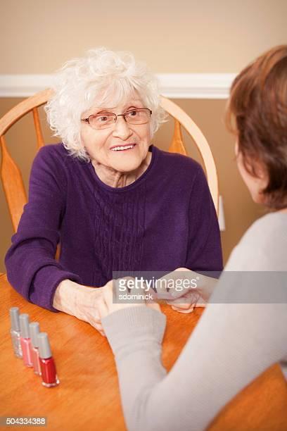 老人女性マニキュアをお楽しみいただけます。