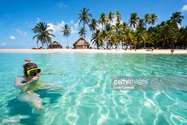 mujer mayor disfrutando de piscina con máscara de buceo cerca de la isla de isla de perro en caribe ver - caribe fotografías e imágenes de stock