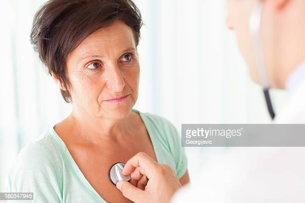 senior mujer examinada por un médico - cardiólogo fotografías e imágenes de stock