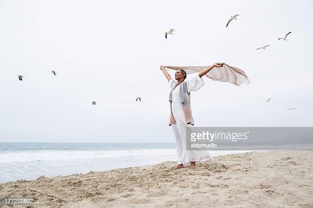 mujer mayor libertad - pañuelo fotografías e imágenes de stock