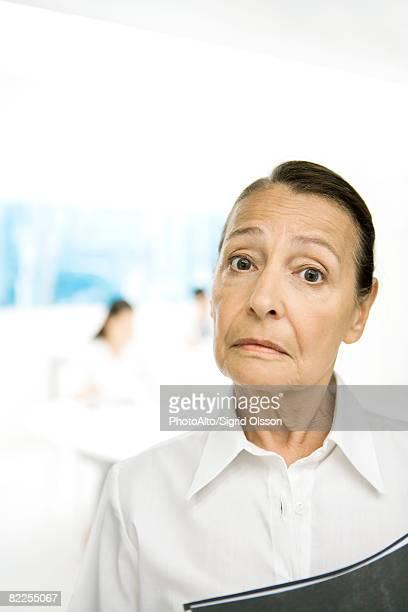 Senior Frau Stirn runzeln in die Kamera, Augenbrauen hoch