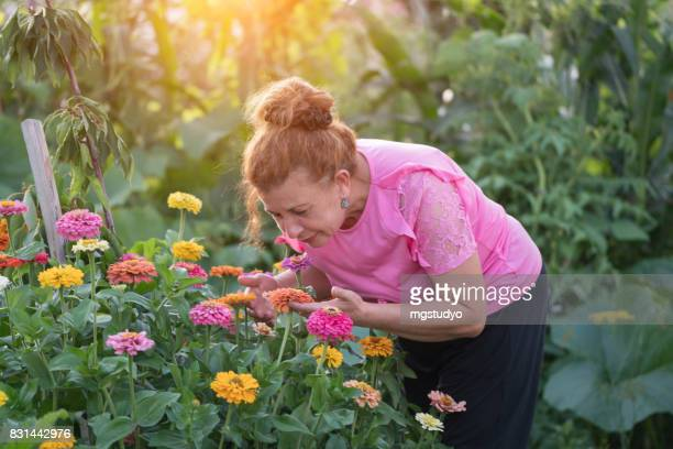 ältere Frau im Garten im Hinterhof