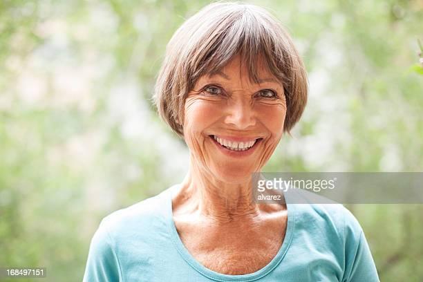 senior frau gartenbau - mittellanges haar stock-fotos und bilder