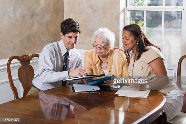 Femme âgée obtenir des conseils