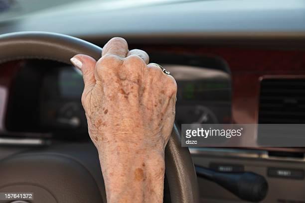 senior Frau hand auf dem Lenkrad