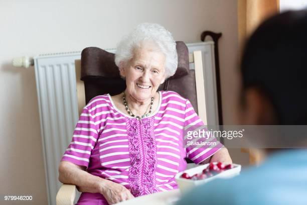 ältere Frau glücklich über Pflege und Aufmerksamkeit