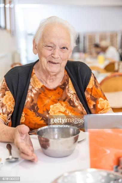 Een Senior vrouw ontbijten
