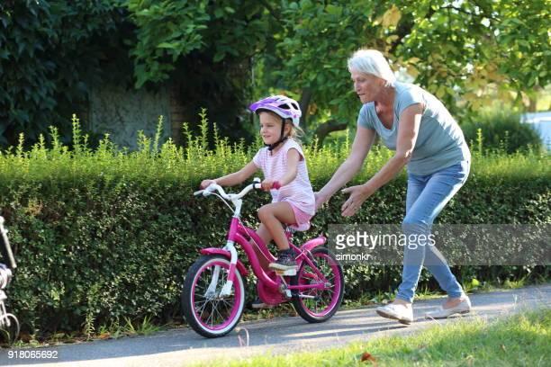 Ältere Frau helfende Enkelin