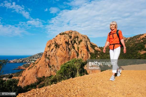 haute femme randonnée sur le pic roux, provence, france - var photos et images de collection