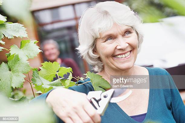 Femme âgée tenant jardinage clippers
