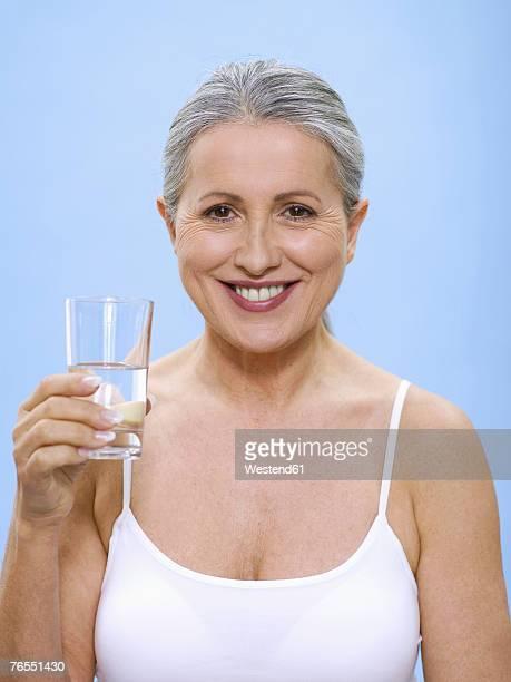 senior woman holding glass of water, portrait - decote peito - fotografias e filmes do acervo