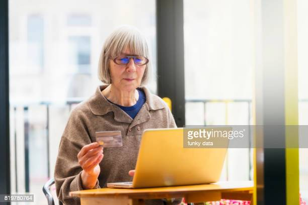 年配の女性のホーム ショッピング