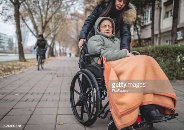 Mujer Senior en silla de ruedas con una mano