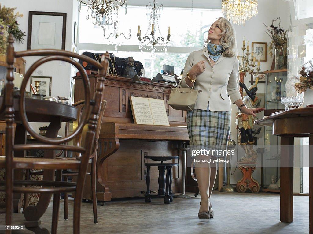Senior Frau in Antiquitätengeschäft : Stock-Foto
