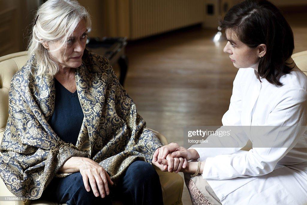 高齢者の女性自宅でケアサービスから女医 : ストックフォト