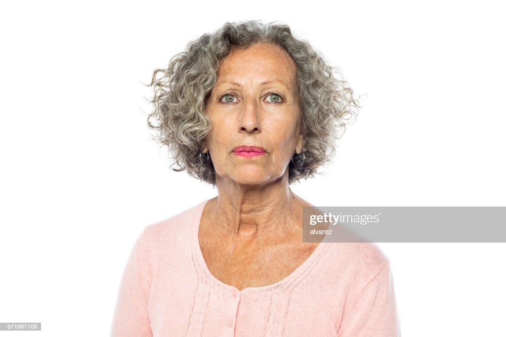 Donna anziana in casual dall'aspetto serio : Foto stock