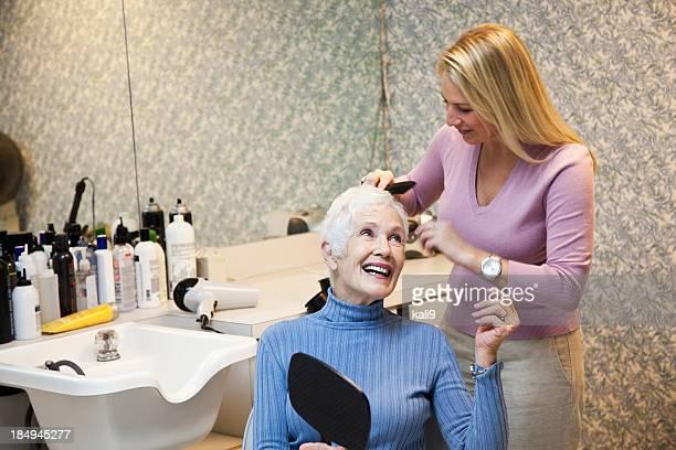 高齢者の女性のヘアサロン