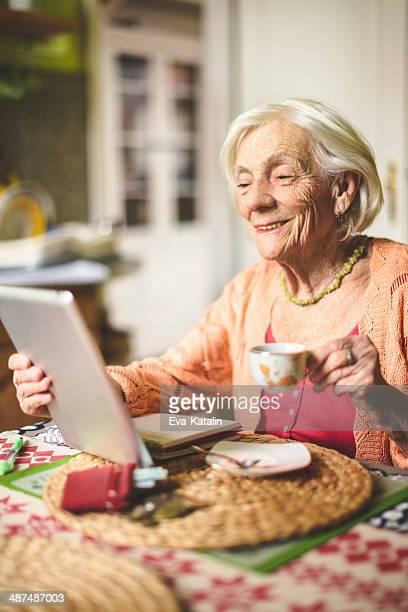 Senior Frau in Ihrer Küche