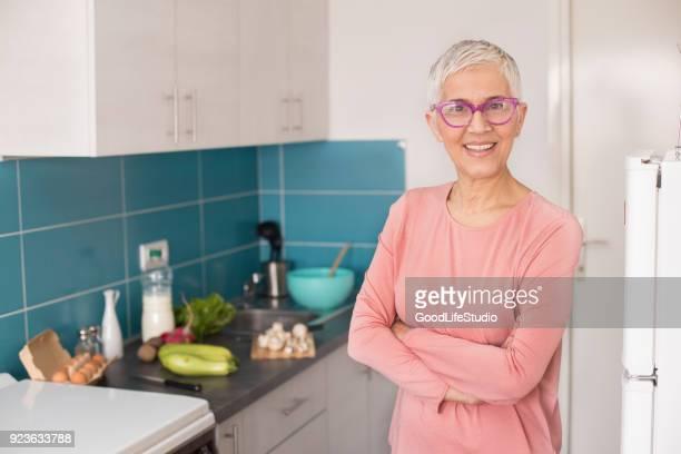 senior vrouw in haar keuken - 50 59 jaar stockfoto's en -beelden