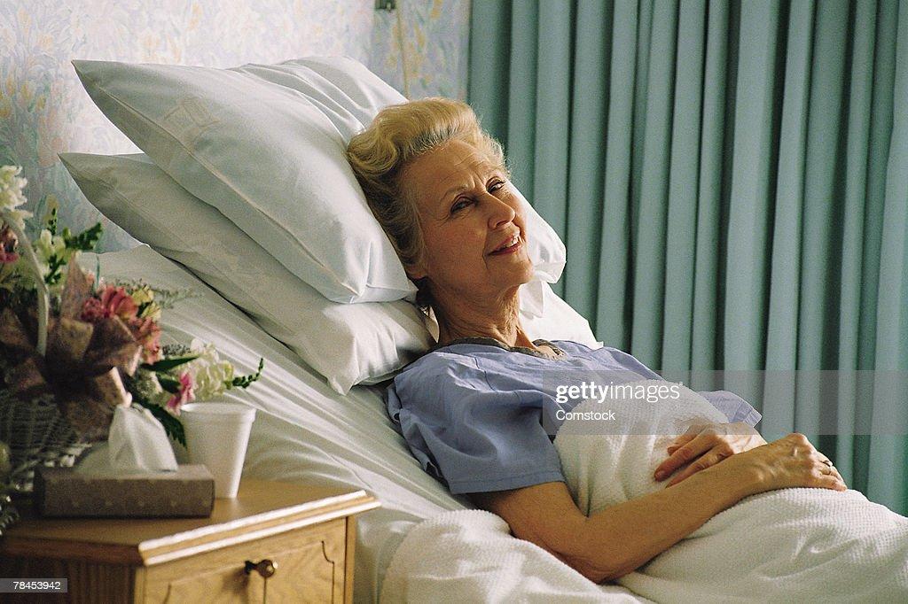 Senior woman in hospital bed : Stockfoto