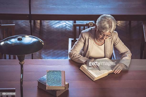 Senior Frau in der öffentlichen Bibliothek
