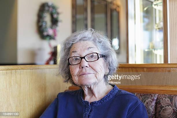 mulher idosa sorridente no restaurante simpática - mais de 80 anos imagens e fotografias de stock