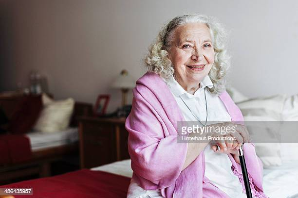 senior woman in retirement home - seniore vrouwen stockfoto's en -beelden