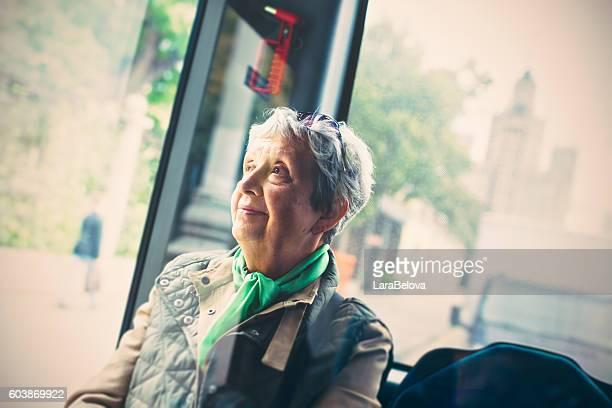 senior woman in the bus - alleen één seniore vrouw stockfoto's en -beelden