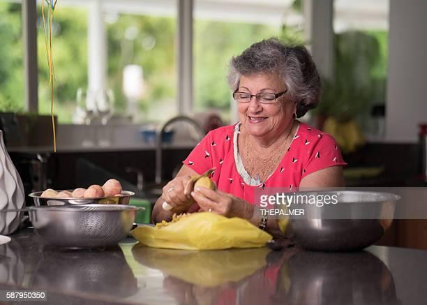 Femme âgée dans la cuisine